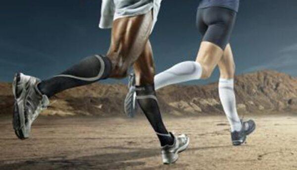Kompressiosukat juoksijoiden jaloissa